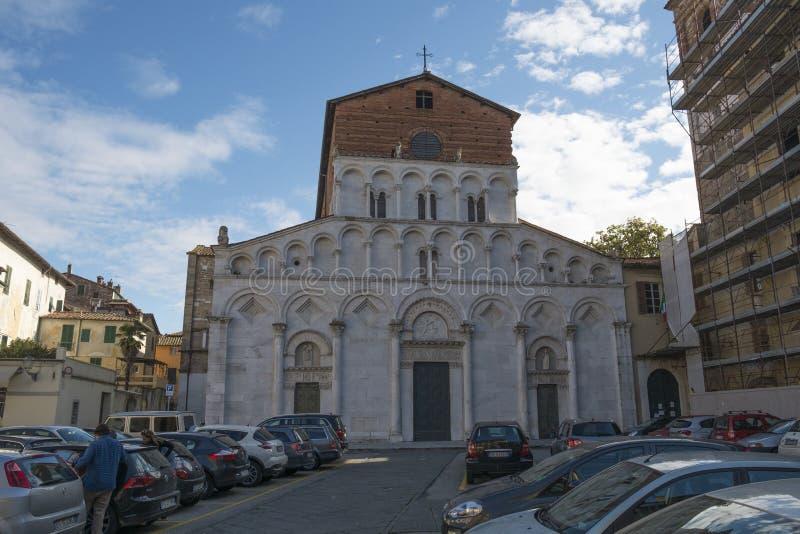 Una iglesia en un cuadrado en el centro de Lucca fotos de archivo libres de regalías
