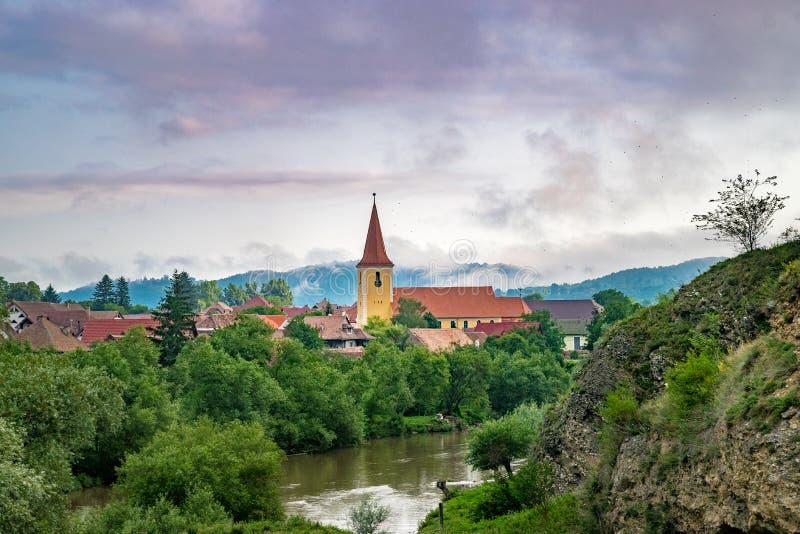 Una iglesia en un pequeño pueblo en la región de Transilvania, Rumania foto de archivo