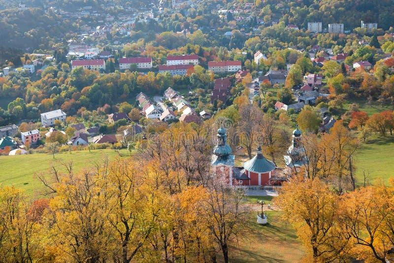 Una iglesia más baja, iglesia superior y pequeñas capillas del Calvary en Banska Stiavnica, la UNESCO ESLOVAQUIA fotografía de archivo