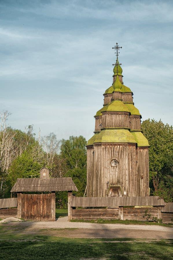 Una iglesia ortodoxa antigua ucraniana típica foto de archivo
