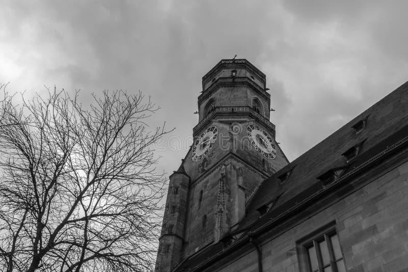 Una iglesia vieja con un reloj imagen de archivo