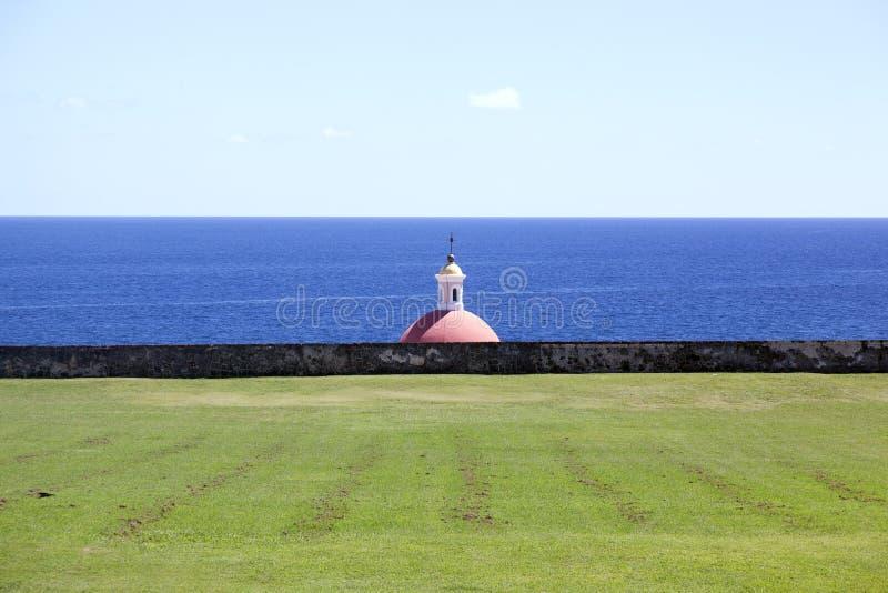 Una iglesia y el paisaje en la playa en San Juan, Puerto Rico imágenes de archivo libres de regalías