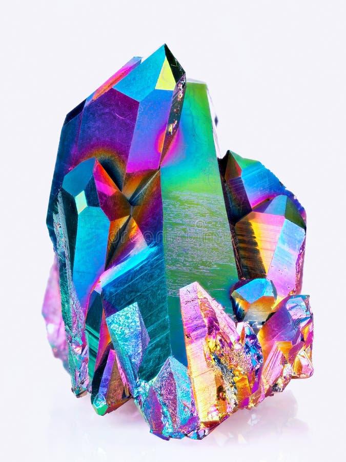 Una imagen aguda extrema de la piedra del racimo del cristal de cuarzo de la aureola del arco iris del titanio tomada con la lent imagenes de archivo