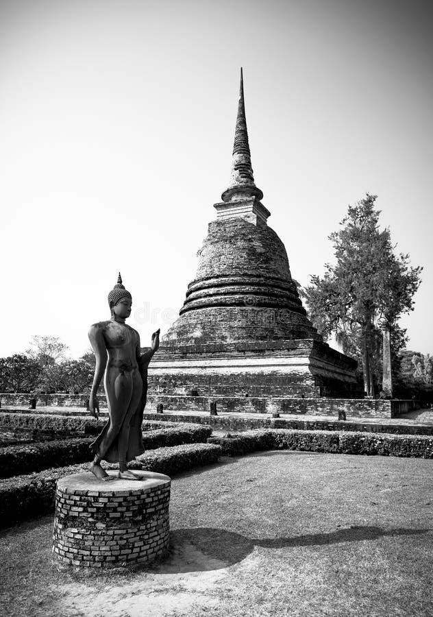 Una imagen antigua de Buda, blanco y negro fotografía de archivo