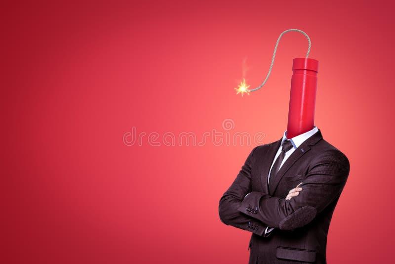 Una imagen basura-profunda de un hombre de negocios con un palillo grande de la dinamita con su mecha que quema en vez de la cabe foto de archivo libre de regalías