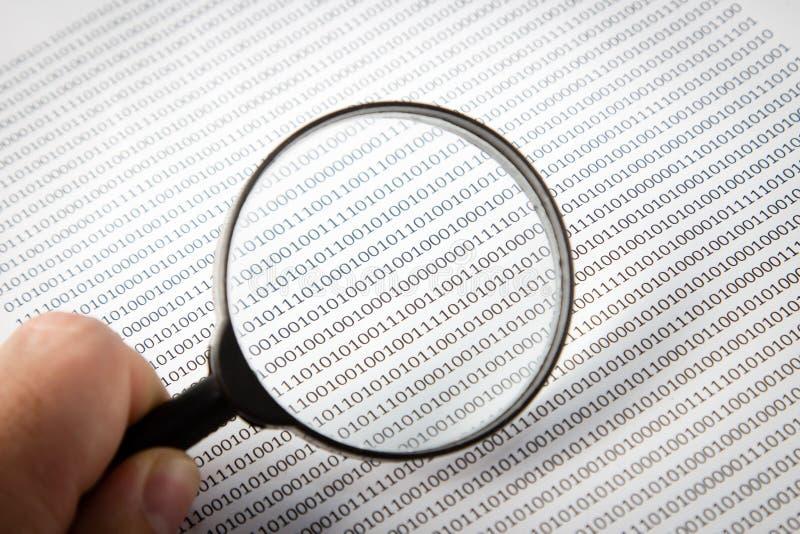 Una imagen blanco y negro de un escudriñamiento humano codifica en software, esta imagen se puede utilizar para representar la fu foto de archivo libre de regalías