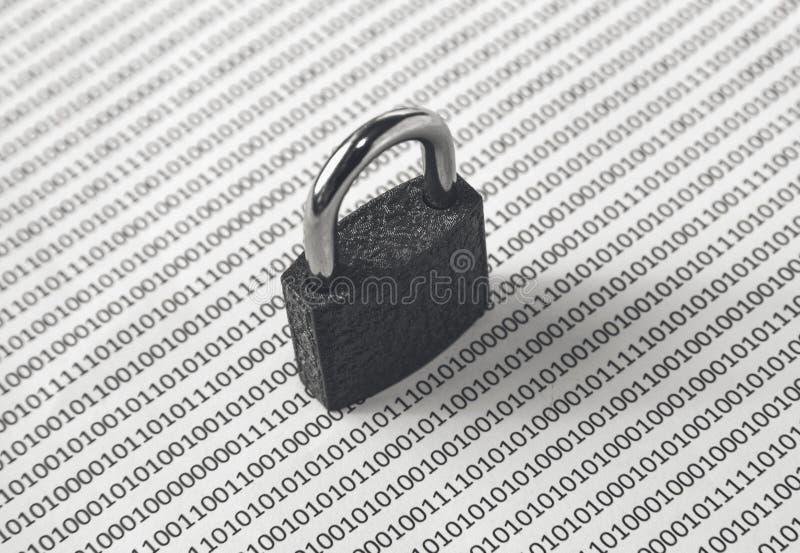 Una imagen blanco y negro del concepto que se puede utilizar para representar seguridad cibernética o la protección de codifica e fotos de archivo