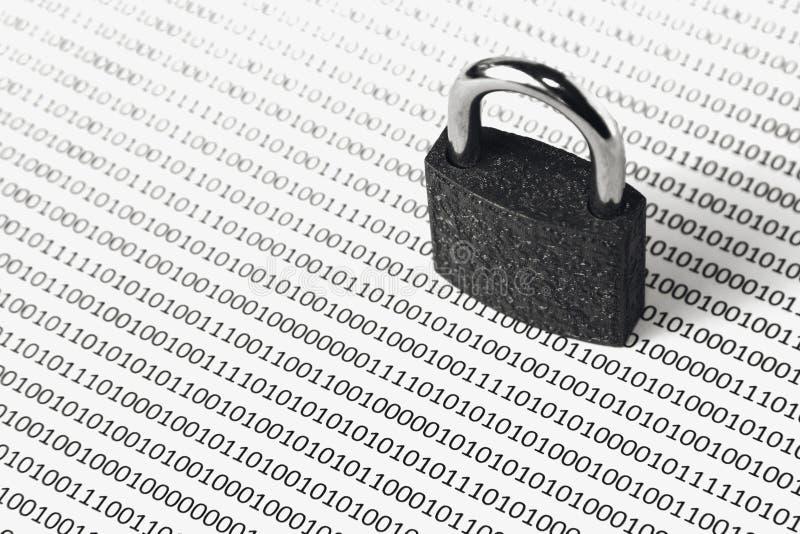 Una imagen blanco y negro del concepto que se puede utilizar para representar seguridad cibernética o la protección de codifica e fotos de archivo libres de regalías