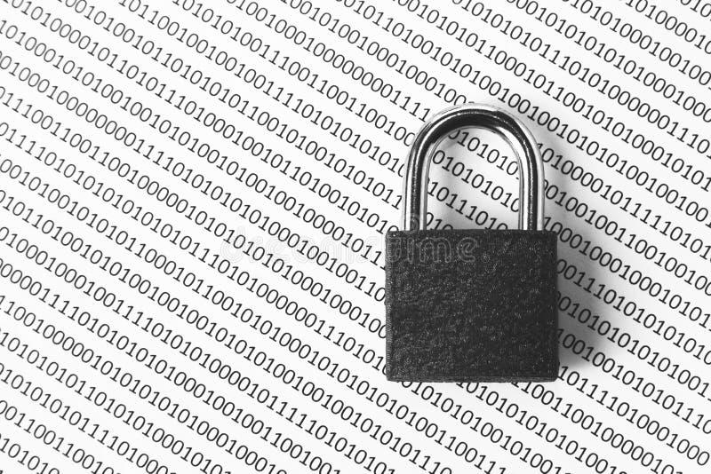 Una imagen blanco y negro del concepto que se puede utilizar para representar seguridad cibernética o la protección de codifica e imagen de archivo libre de regalías