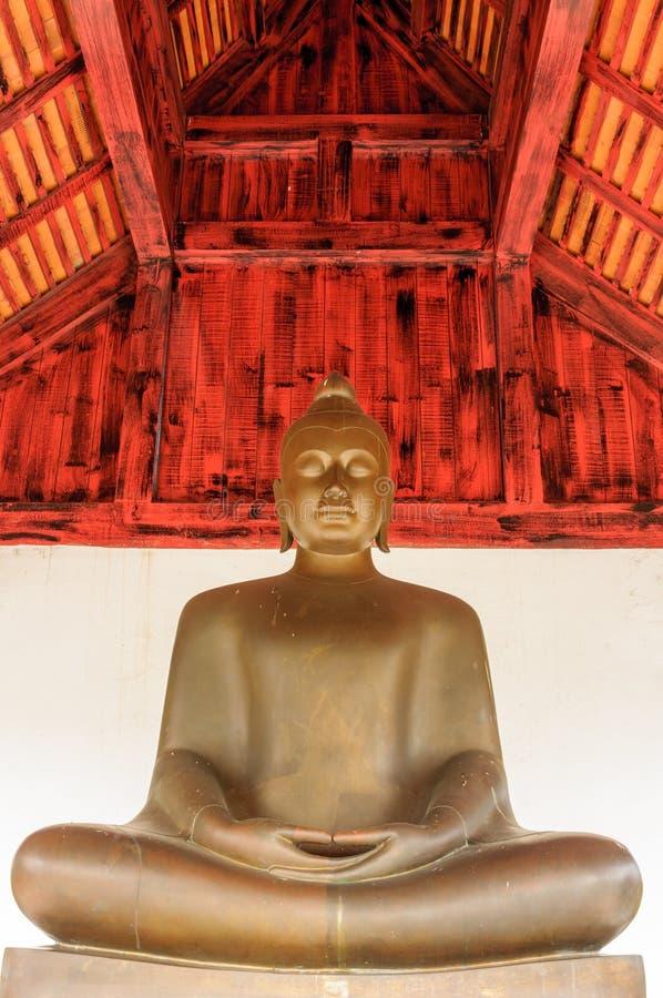 Una imagen de bronce de Buda foto de archivo