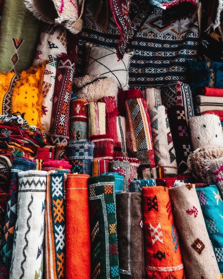 Una imagen de esteras y de cubiertas coloridas en una tienda fotografía de archivo libre de regalías