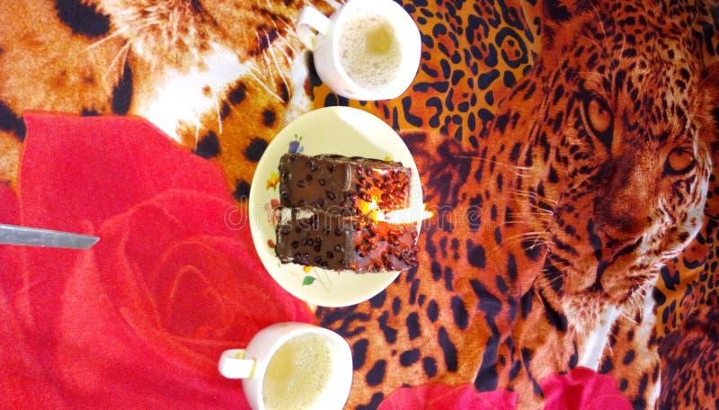 Una imagen de la celebración del cumpleaños con la torta y el café imagen de archivo libre de regalías