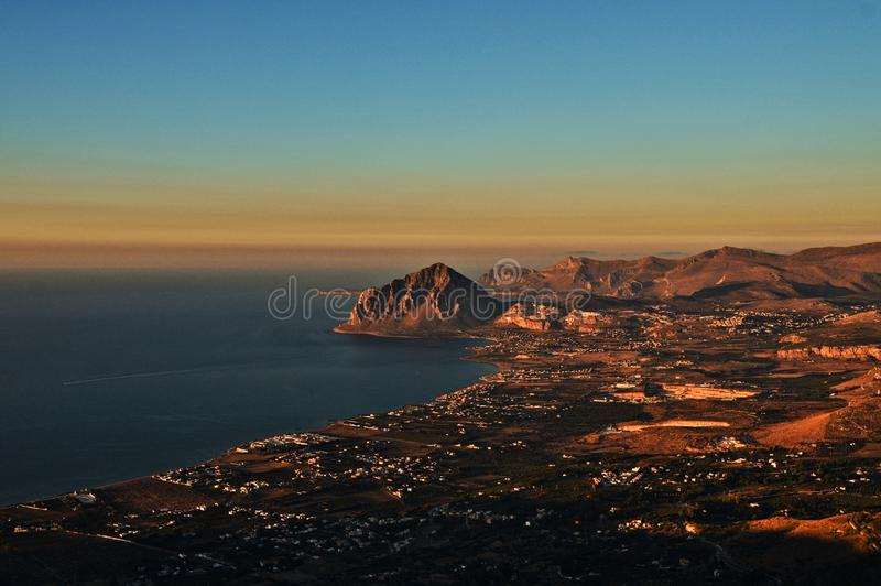 Una imagen de la costa de Sicilia vista de las montañas fotografía de archivo