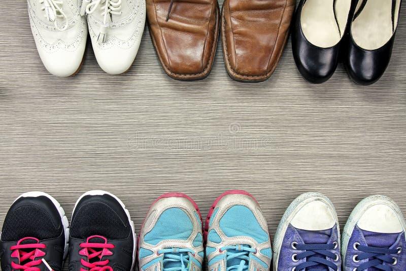 Una imagen de la diferencia, tiro de varios diseño de hombres y zapatos de las mujeres fotos de archivo