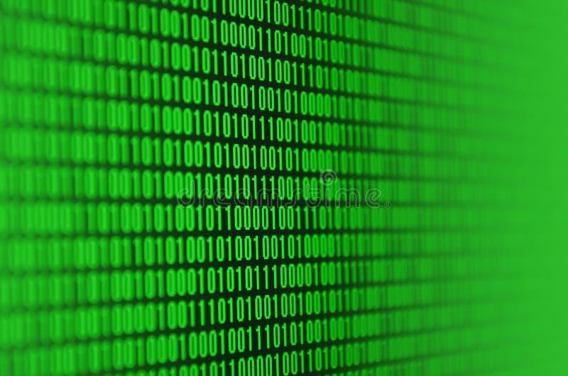 Una imagen de un código binario compuso de un sistema de dígitos verdes en un fondo negro fotografía de archivo libre de regalías