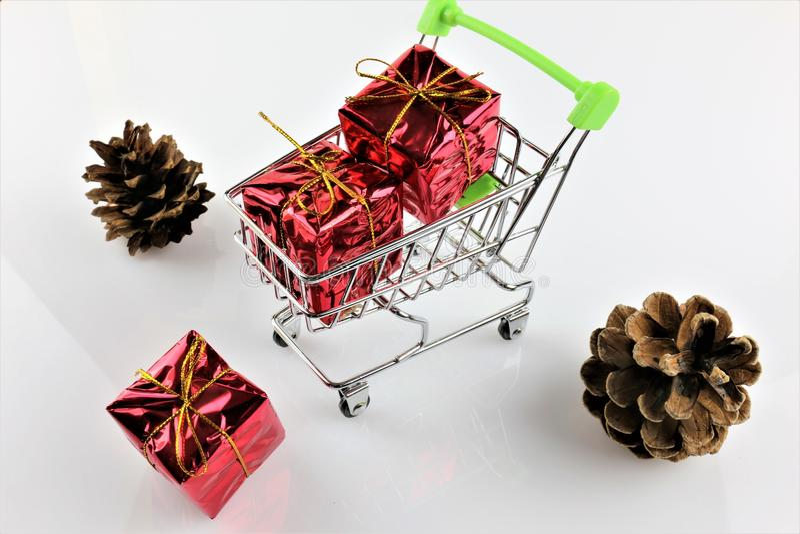 Una imagen de un carro de la compra con un regalo - la Navidad del concepto imagenes de archivo