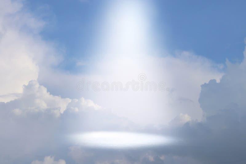 Una imagen de un rayo de la luz celestial en el cielo Concepto de religi?n y de fe imagenes de archivo