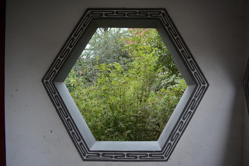 Una imagen de una ventana clásica del patio imagen de archivo
