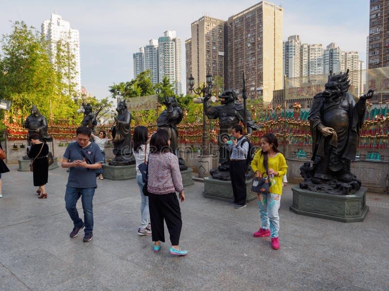 Una imagen de visitantes a las estatuas del zodiaco en el Wong Tai Sin Temple en Hong Kong fotos de archivo libres de regalías