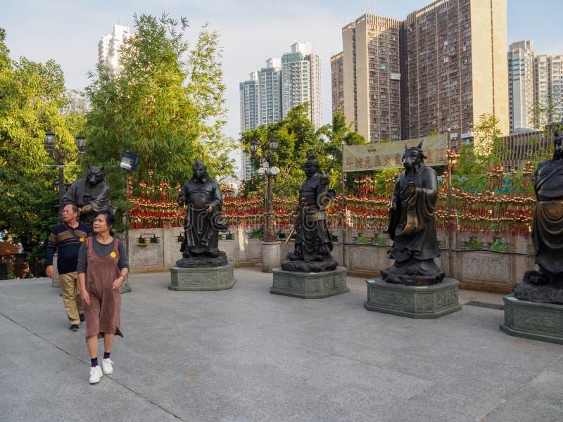 Una imagen de visitantes a las estatuas del zodiaco en el Wong Tai Sin Temple en Hong Kong imagen de archivo
