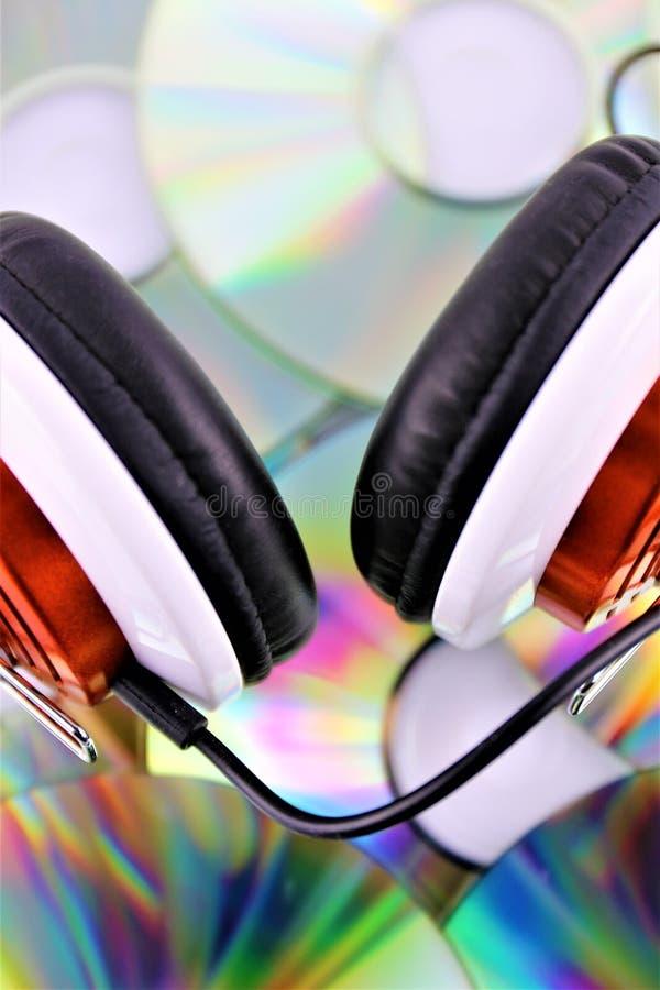 Una imagen del concepto de un auricular con un CD de la música foto de archivo