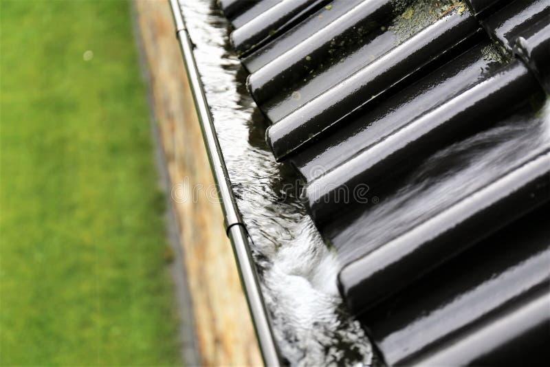 Una imagen del concepto de un dren con las gotas de agua - lluvia imágenes de archivo libres de regalías