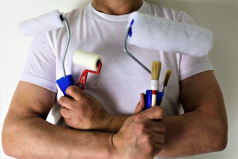 Una imagen del concepto de un pintor con las herramientas en sus manos imagen de archivo