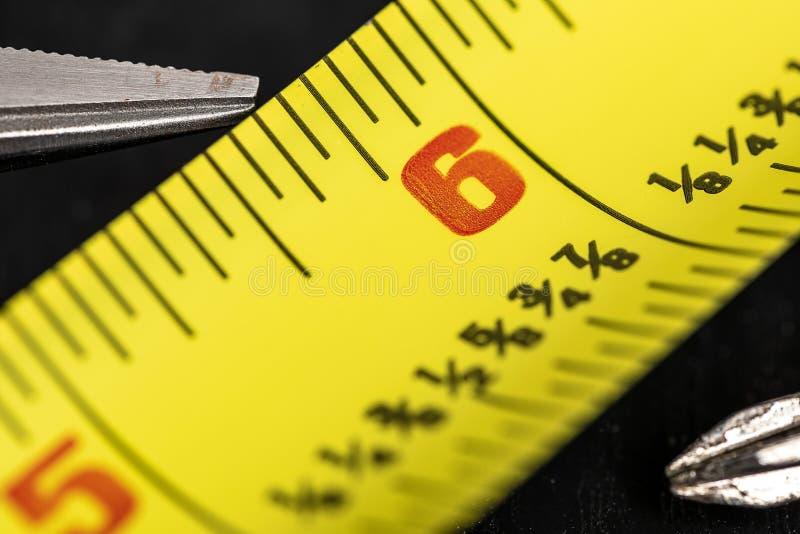 Una imagen macra de una cinta métrica amarilla imagenes de archivo