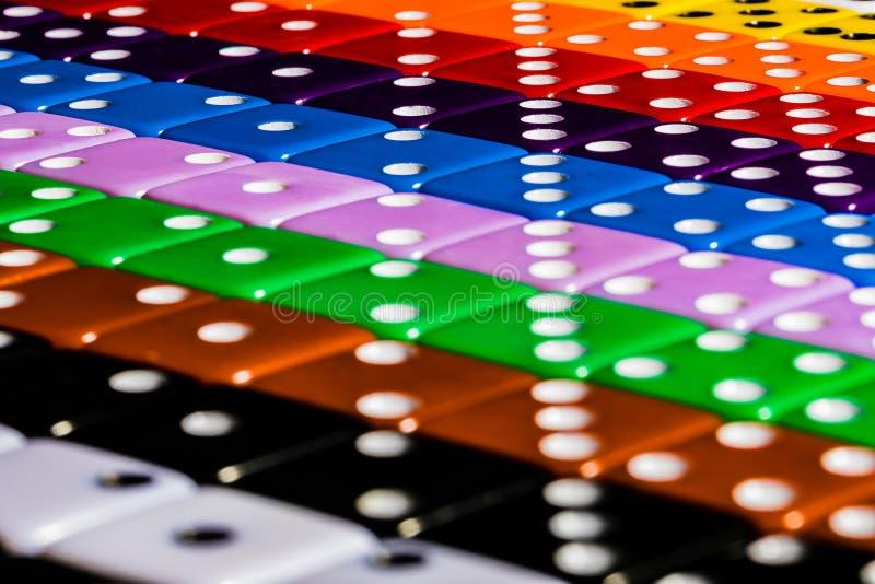 Una imagen macra de las filas diagonales de dados multicolores, alineadas en la moda de OCD usando los números para formar simetr foto de archivo