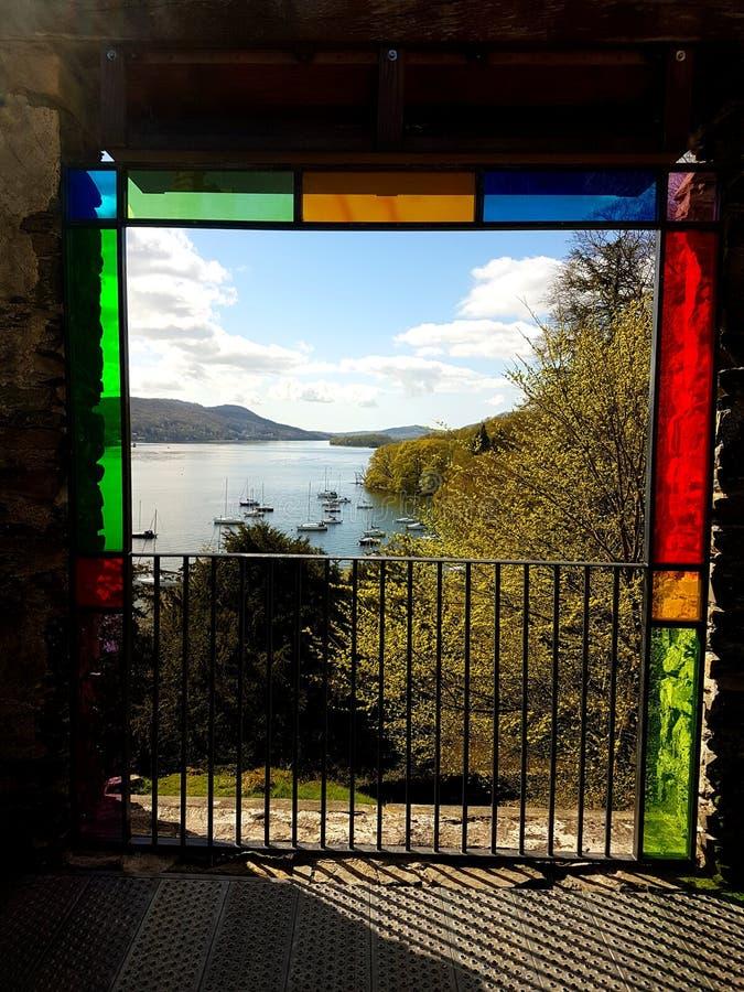 Una imagen preciosa a través de una ventana de los stainglass fotos de archivo