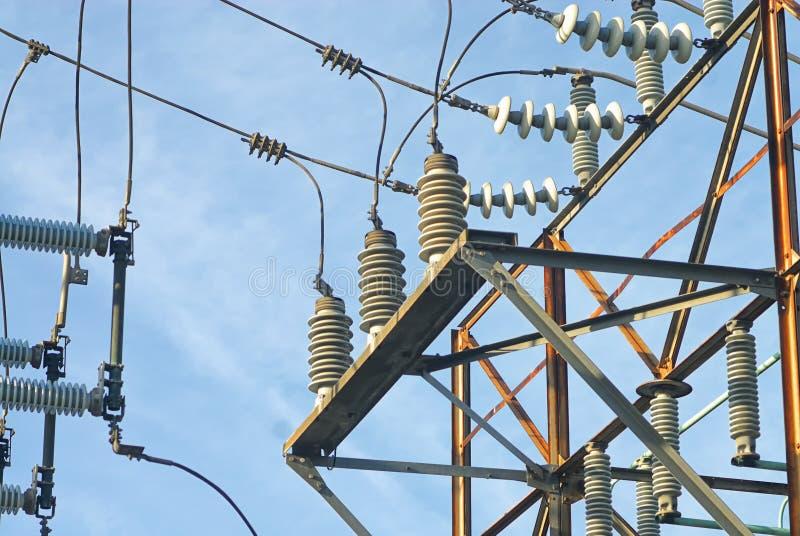Una imagen semi artística de cables y de aisladores en una subestación de la rejilla eléctrica imágenes de archivo libres de regalías