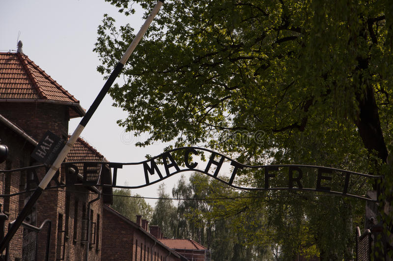 Una inscripción sobre el tubo principal al campo de concentración en Ausc fotografía de archivo