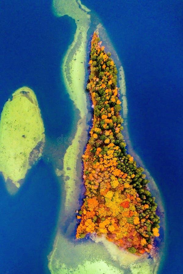 Una isla de la antena del lago foto de archivo