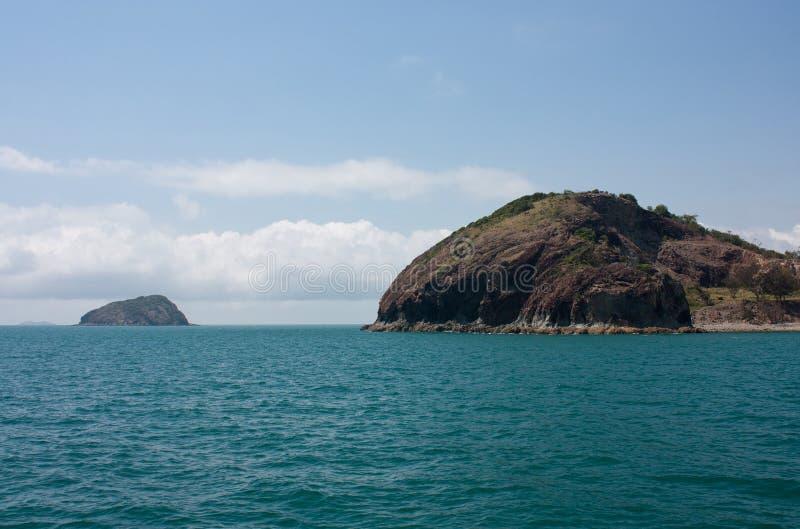 Una isla en el fondo y un afloramiento en la bahía de Rosslyn cerca de Yeppoon en área del Capricornio en Queensland central, Aus imagen de archivo libre de regalías