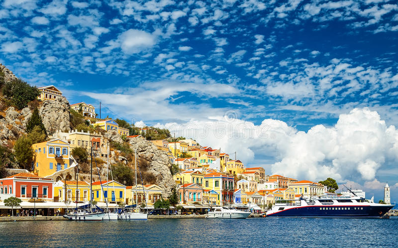 Una isla pequeña y bonita Simi con sus edificios coloridos, cerca de Rodas, Grecia Gran opinión sobre del transbordador imágenes de archivo libres de regalías