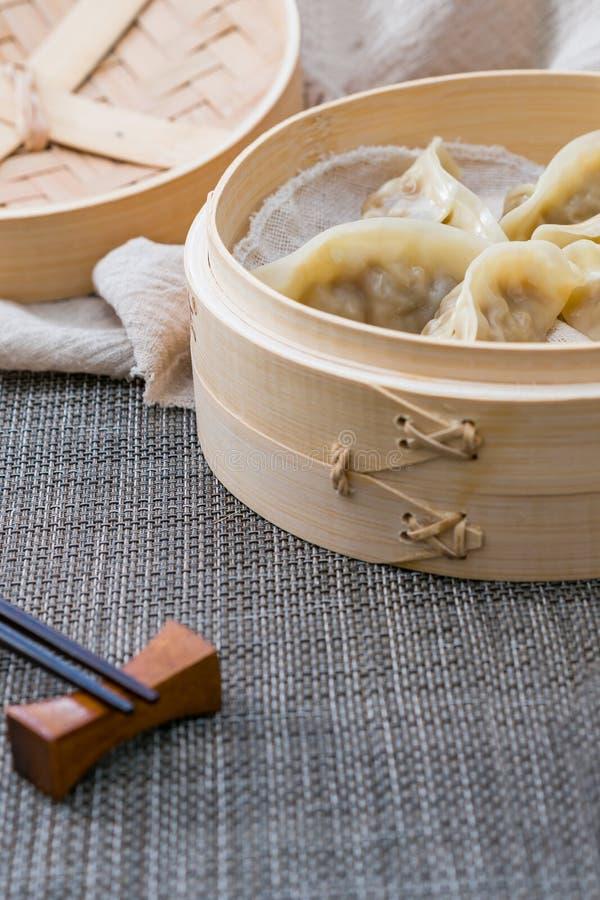 Una jaula de bolas de masa hervida cocidas al vapor, una delicadeza china tradicional imágenes de archivo libres de regalías