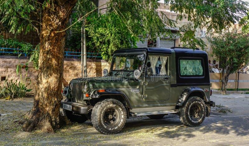 Una jeep che parcheggia sulla via a Jodhpur, India fotografia stock libera da diritti