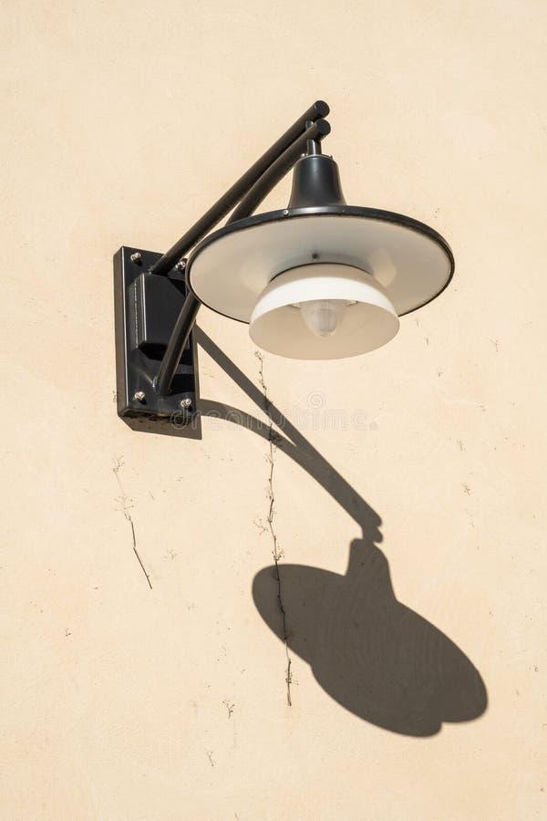 Una lámpara al aire libre vieja en un día de invierno soleado fotografía de archivo