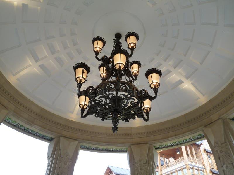 Una lámpara antigua con las bombillas que cuelgan en un ocioso en la calle foto de archivo libre de regalías