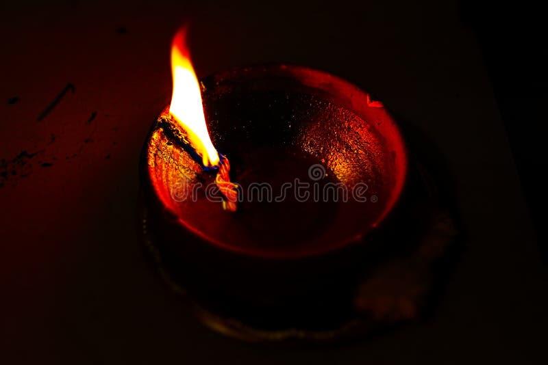 Una lámpara de la mantequilla en la oscuridad foto de archivo