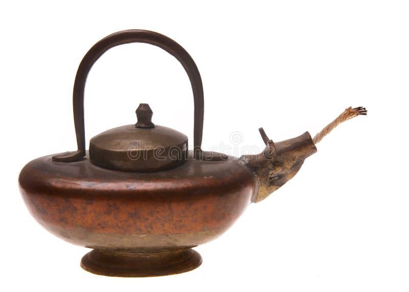 Una lámpara de petróleo de cobre amarillo vieja imágenes de archivo libres de regalías