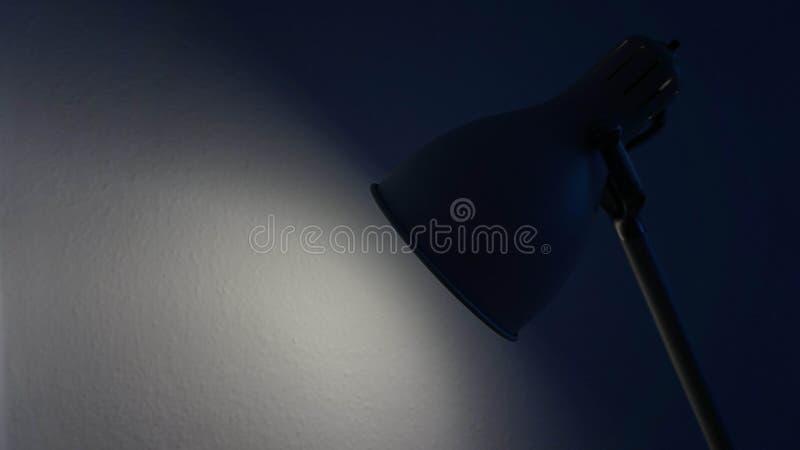 Una lámpara en un cuarto oscuro fotografía de archivo