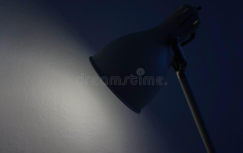 Una lámpara en un cuarto oscuro fotos de archivo libres de regalías
