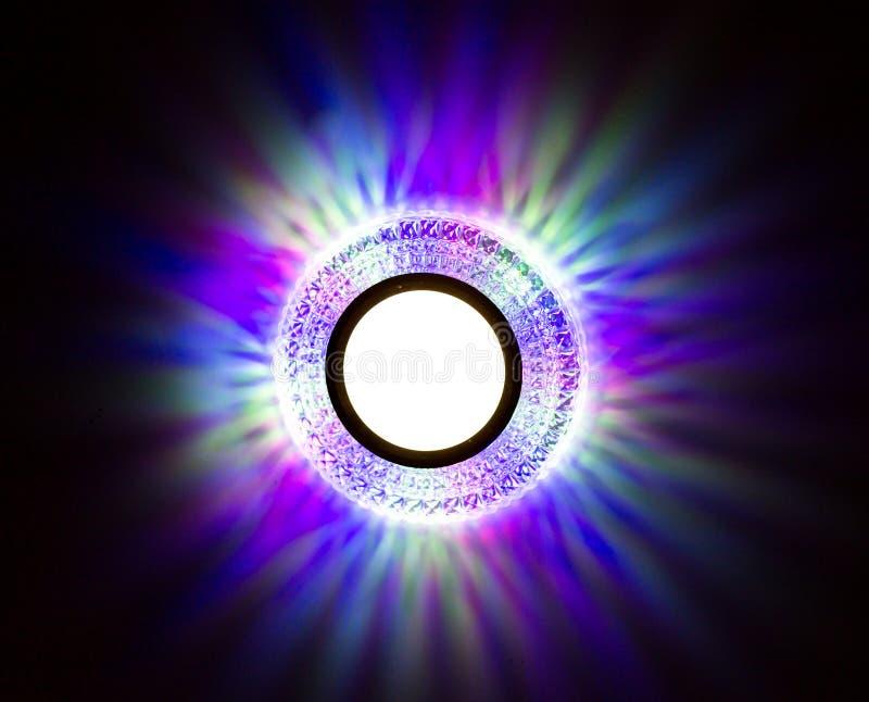 Una lámpara en un techo del estiramiento en un cuarto imágenes de archivo libres de regalías