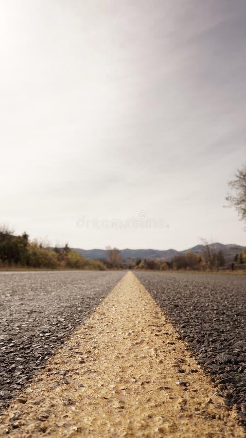 Una línea amarilla del camino al infinito fotografía de archivo