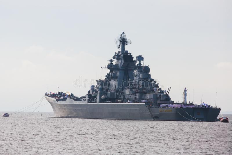 Una línea de buques de guerra navales militares rusos modernos de los acorazados en la fila, la flota septentrional y la flota de fotografía de archivo libre de regalías