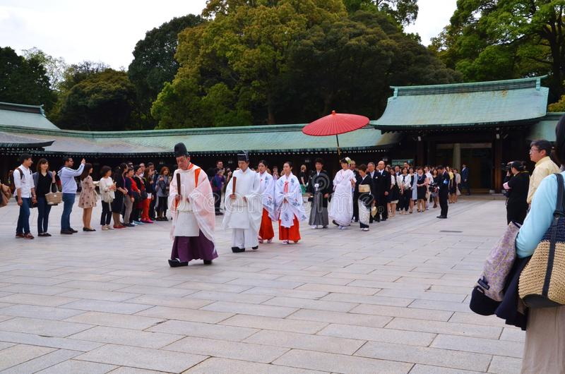 Una línea de gente que camina en una capilla en una ceremonia de boda imagenes de archivo