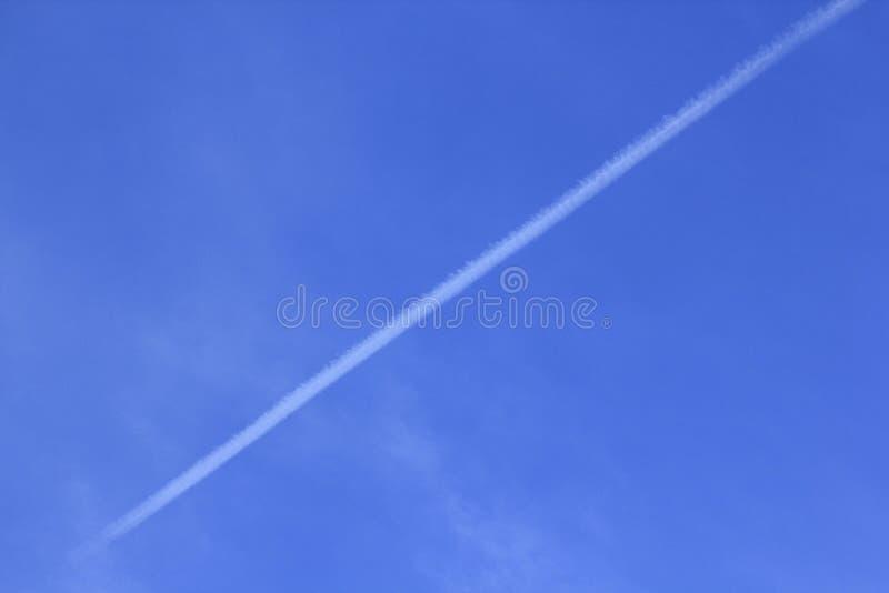 Una línea recta de nubes con el cielo imagen de archivo libre de regalías