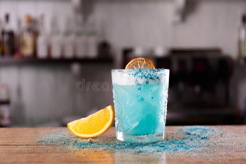Una laguna blu è servita su un contatore della barra immagine stock
