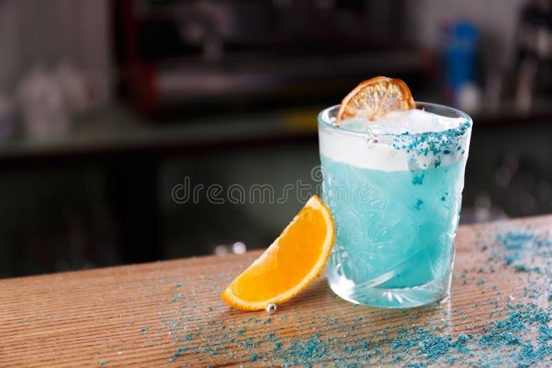 Una laguna blu è servita su un contatore della barra fotografie stock libere da diritti